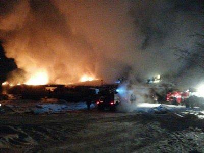 В Омске потушен пожар в ангаре с техникой