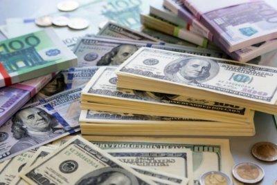 В понедельник рубль снизился к доллару и евро