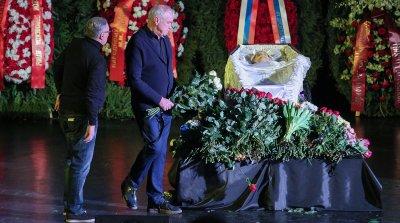 Режиссера Марлена Хуциева похоронили на Троекуровском кладбище