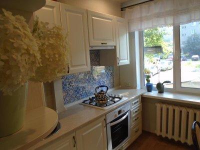 «Стильно и современно»: лучшие дизайнерские решения для маленькой кухни с холодильником