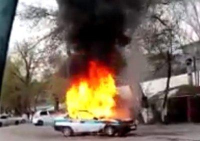 В Алматинской области сгорела патрульная машина: видео