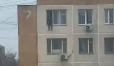 Жители Актау сняли на видео попытку суицида девушки