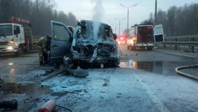 Шесть человек погибли в Подмосковье при столкновении микроавтобуса с фурой
