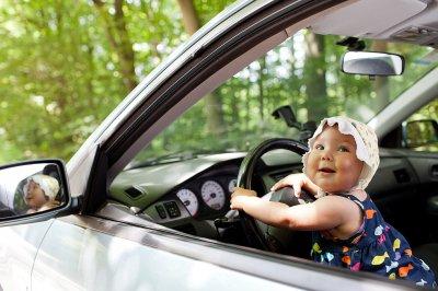 В Набережных Челнах многодетная мама с младенцем на руках прокатилась за рулем машины