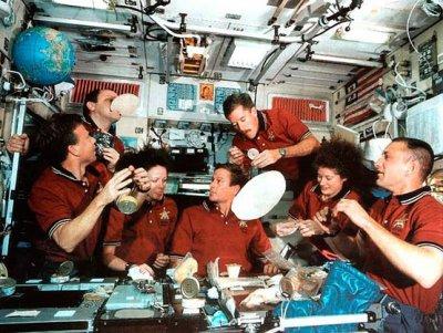 И борщ, и свежие овощи: что едят космонавты на завтрак, обед и ужин в невесомости