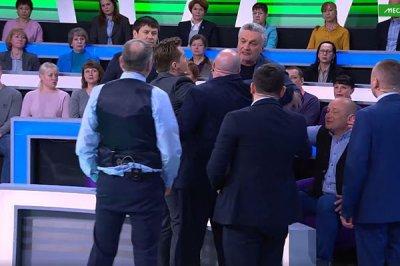 В эфире шоу «Место встречи» на НТВ произошла драка из-за фашистского приветствия: видео