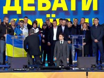 Зеленский и Порошенко встали на колени в ходе дебатов