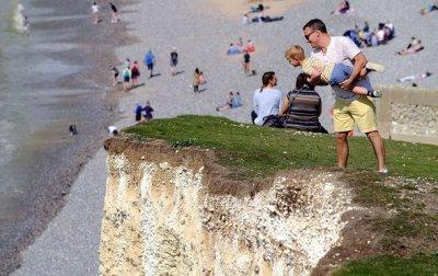 В Англии отец подержал сына над обрывом ради ярких фото