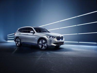 Появились первые снимки электрического кроссовера от BMW