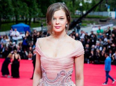 Катерина Шпица показалась в платье с откровенным декольте