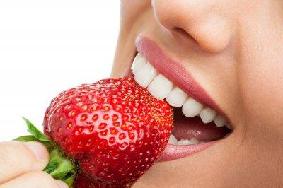 Медики рассказали, какие продукты день за днем разрушают зубы