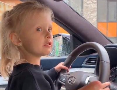 Маша Горьбань показала, как четырехлетняя дочь управляет автомобилем
