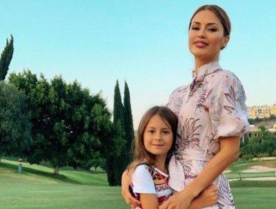 Дочь Виктории Бони в Марбелье научилась стоять на руках