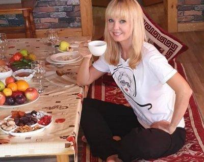 Валерия показала свои летние деревенские радости с 12-килограммовой гирей