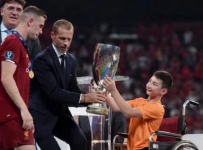Али Турганбеков из Нур-Султана вручил «Ливерпулю» трофей Суперкубка УЕФА