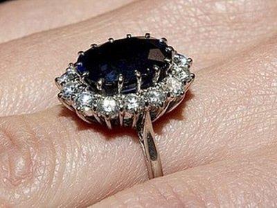 Стало известно, почему члены королевской семьи смеялись над помолвочным кольцом принцессы Дианы