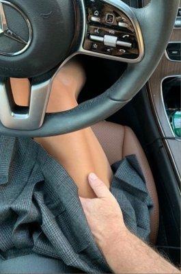 Опубликовано фото, как 58-летний Александр Цекало пристает к Дарине Эрвин прямо в авто