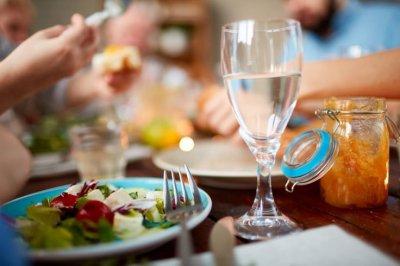 Эксперты рассказали, вредно ли пить воду или напитки сразу после еды