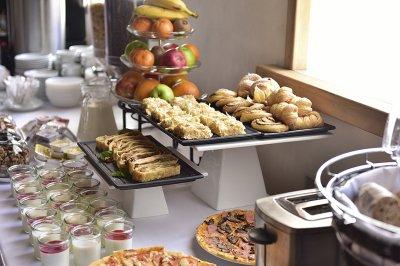 Эксперты рассказали, каких блюд следует избегать, чтобы не отравиться блюдами со шведского стола