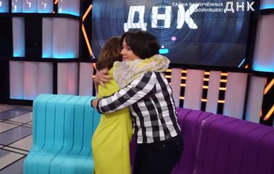 В Казахстане сестры-двойняшки встретились через 54 года после рождения