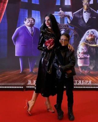 Водонаева в готическом наряде появилась с сыном на красной дорожке