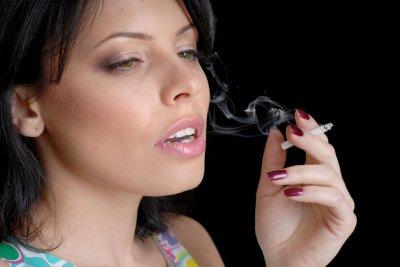 Врач рассказал, к чему может привести курение на голодный желудок