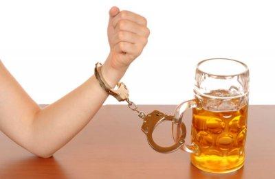 Психологи рассказали, какое воспитание может стать причиной алкоголизма