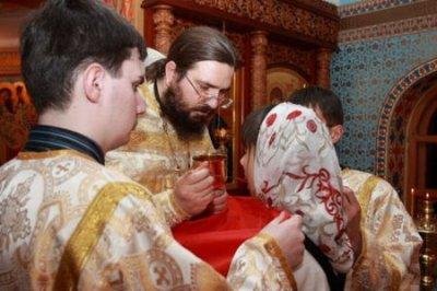 Микробиолог рассказала, почему причастие, целование икон и крестов в церкви могут быть опасным