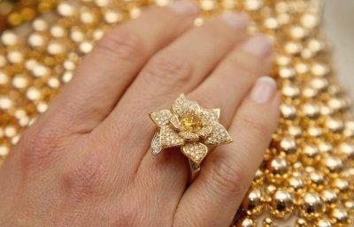 Названы знаки Зодиака, которым запрещено носить золотые украшения