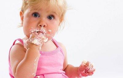 Ученые рассказали, какие продукты не стоит давать детям до 2 лет