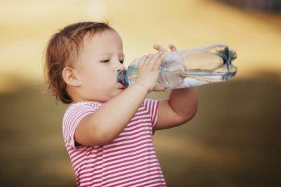 Гастроэнтеролог рассказал,  какие напитки можно пить детям до 5 лет, а какие – категорически нет