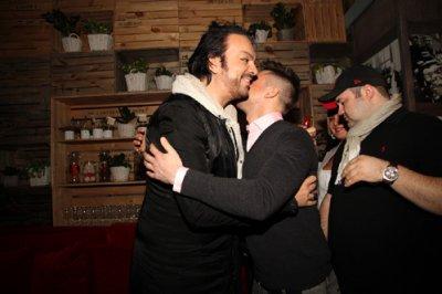 Публичные поцелуи Лазарева и Киркорова в аэропорту попали на видео