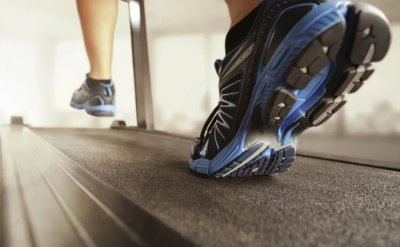 Врачи назвали болезни, которые провоцирует ношение кроссовок