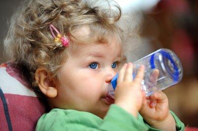 Стоматолог рассказала, чем не стоит поить ребенка ночью и почему
