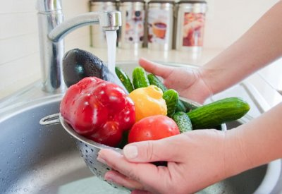 Эксперты рассказали, как мыть овощи и фрукты, принесенные из супермаркета во время пандемии коронавируса