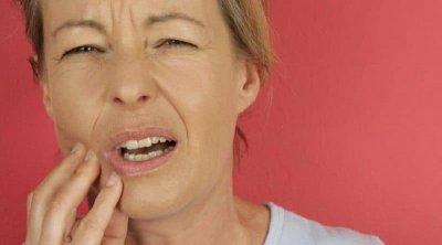 Врач рассказала, почему появляется хруст в челюсти при открывании рта и что делать дома