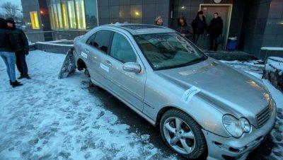 В Новосибирске должница банка пятый день живет в арестованной машине