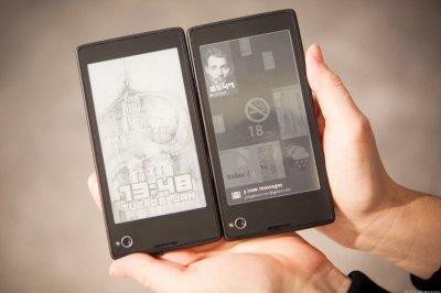 Дмитрию Медведеву подарили первый российский смартфон