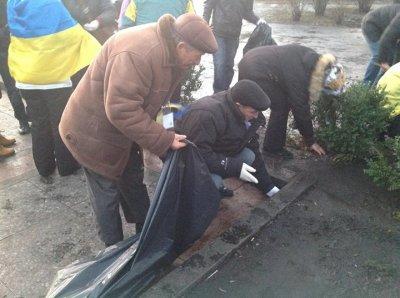 Активисты Евромайдана убрали Мариинский парк после провластного Антимайдана в поддержку Януковича