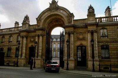 В Париже неизвестный мужчина протаранил на автомобиле ворота в Елисейский дворец