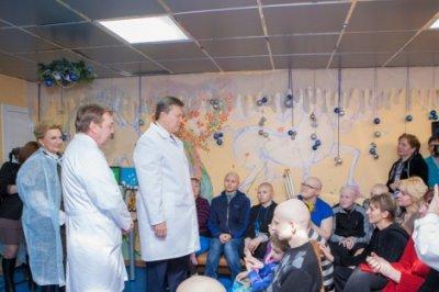 Из-за визита Януковича в Институте рака приказали снять маски
