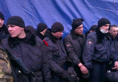 Бойцы ВВ массово сдаются в плен митингующим на Майдане