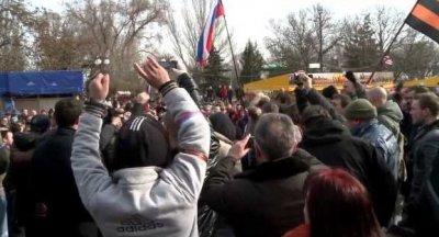 В Керчи горожане заменили украинский флаг российским на флагштоке мэрии
