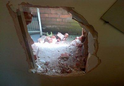 В петербургском СИЗО осужденный разобрал кирпичную стену и сбежал