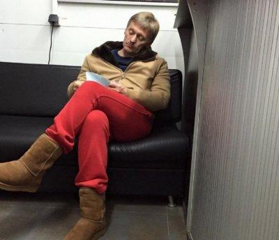 Дмитрия Пескова смутил вопрос о его фотографии в красных штанах