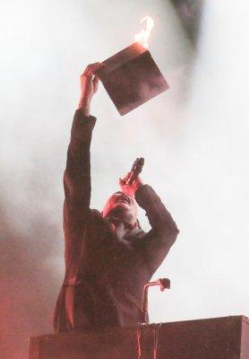 Мэрилин Мэнсон сжег библию, раздевшись на концерте (ФОТО)