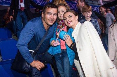 Алина Кабаева с детьми посетила ледовое шоу в Москве