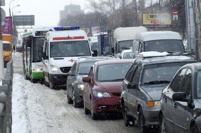 Пожарным и скорой могут разрешить «таранить» машины, припаркованные во дворах