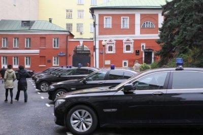 Сечин продолжает ездить с «мигалками», несмотря на указ Путина