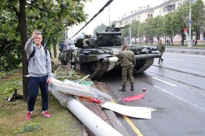 В центре Минска на репетиции парада танк врезался в фонарный столб